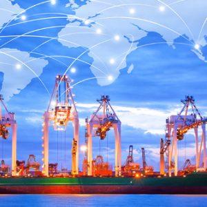 Hafenkräne vor Weltkarte