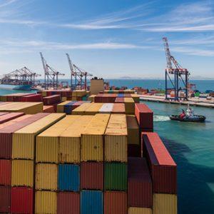 Containerschiff im Hafen Kapstadt