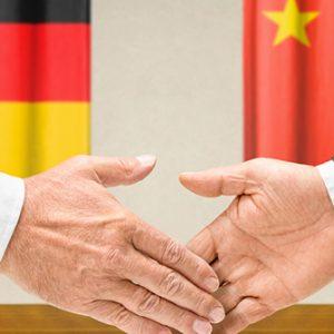 Handschlag vor Flaggen