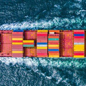 Containerschiff auf dem Meer