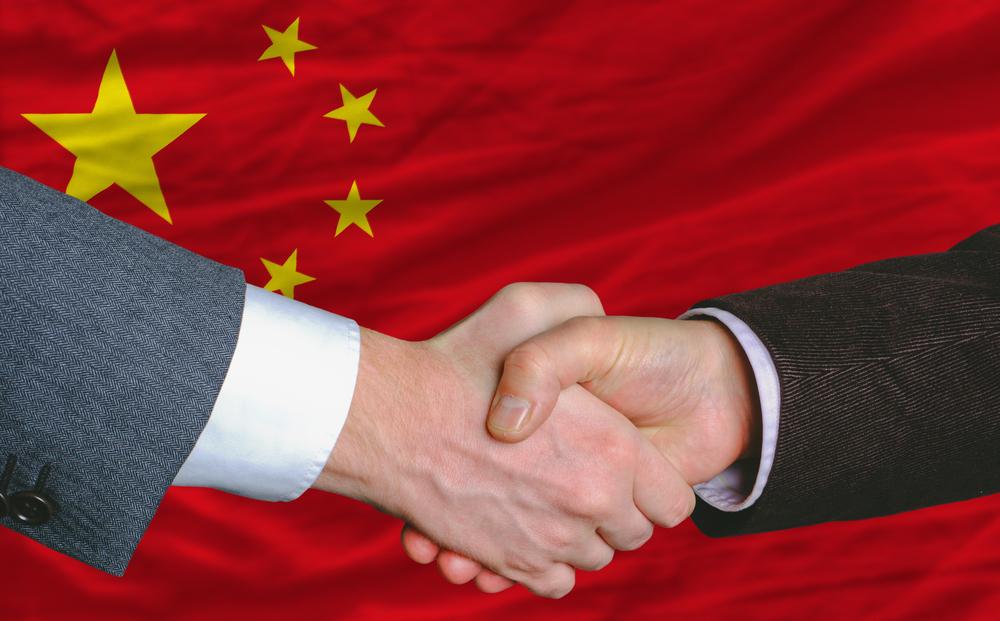 Händeschütteln vor Flagge China