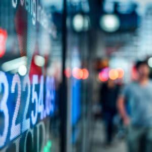 Bildschirm-Tafel für die Anzeige des Börsenmarktes auf der Straße