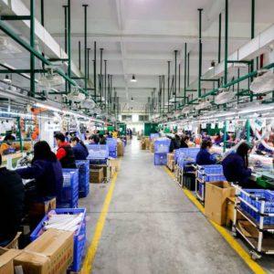 Arbeiter in einer Fabrik in China
