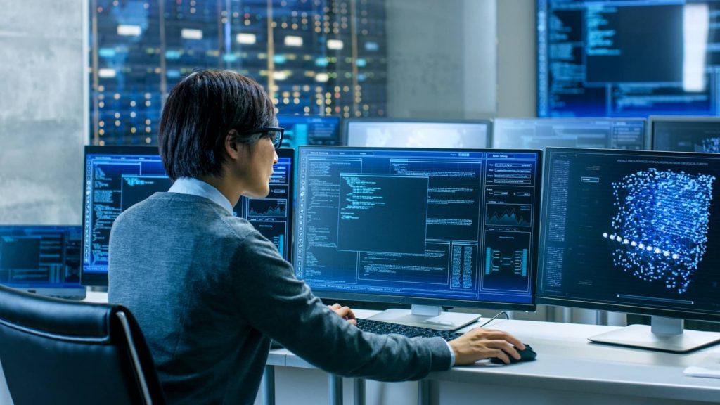 Informatiker im Datenkontrollraum