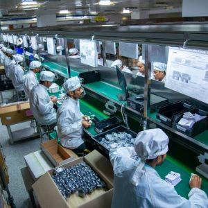 Fließbandarbeit in einer indischen Fabrik